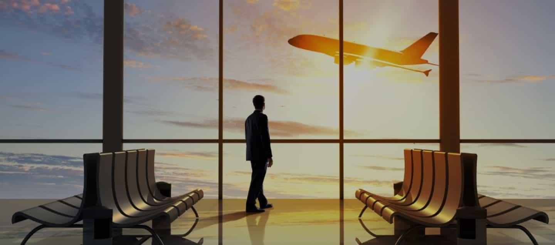 En el aeropuerto viajando seguro en la época del COVID