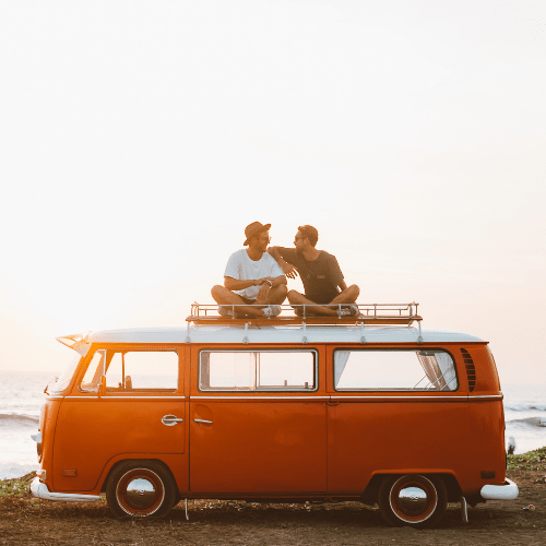Dos amigos de viaje con seguro COVID