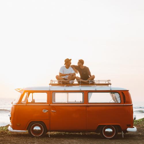 Dois amigos a viajar com seguro COVID